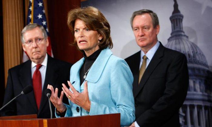 La senadora Lisa Murkowski habla durante una conferencia de prensa en el Capitolio de Washington, el 12 de enero de 2020. El Senado rechazó un proyecto de ley propuesto por la Senadora Murkowski, que habría desactivado la regulación de la Agencia de Protección Ambiental sobre las emisiones de carbono. (Alex Wong/Getty Images)