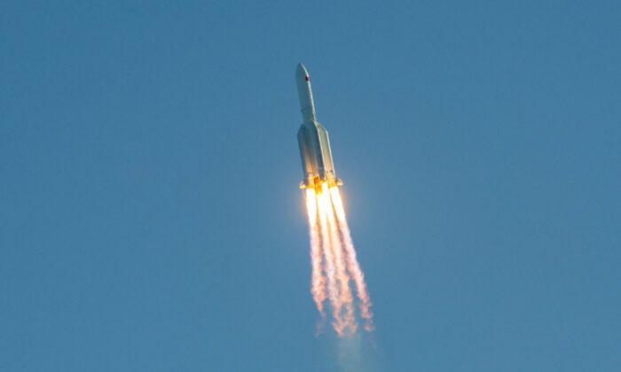La NASA critica a China después de que los restos de un cohete ardieran sobre el océano Índico