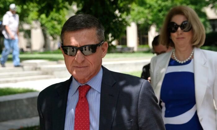 El exasesor de seguridad nacional del presidente Donald Trump, Michael Flynn, abandona el juzgado E. Barrett de Estados Unidos en Washington el 24 de junio de 2019. (Alex Wroblewski/Getty Images)