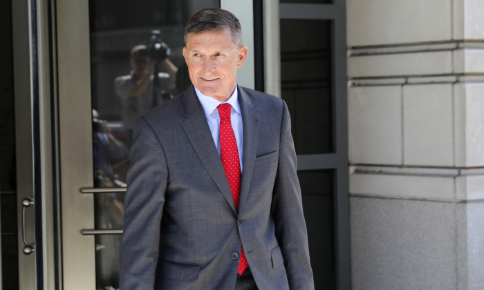 El general Michael Flynn, exasesor de seguridad nacional del presidente Donald Trump, abandona el Palacio de Justicia de Estados Unidos E. Barrett Prettyman tras una audiencia previa a la sentencia, el 10 de julio de 2018. (Aaron P. Bernstein/Getty Images)