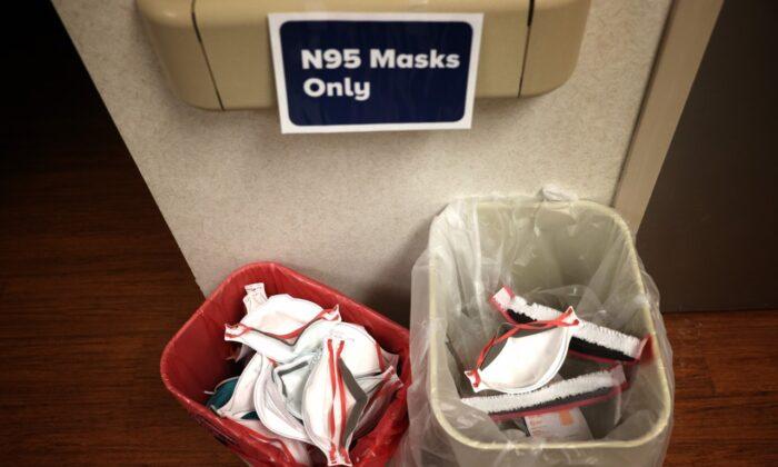 Mascarillas protectoras N95 previamente usadas, guardadas para su posible reciclaje en el futuro, en cestas en la Unidad de Cuidados Intensivos del Hospital MedStar St. Mary's el 8 de abril de 2020 en Leonardtown, Maryland. (Win McNamee/Getty Images)