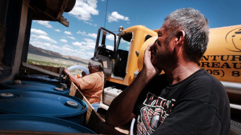 Un miembro de la Nación Navajo recibe agua en la ciudad de Thoreau, Nuevo México, el 6 de junio de 2019. (Spencer Platt/Getty Images)