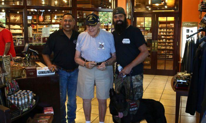 Paul Chapa (izquierda), Max DeWeese (centro), y Aaron Bono (derecha) con su perro de servicio, Max. (Cortesía de Paul Chapa)
