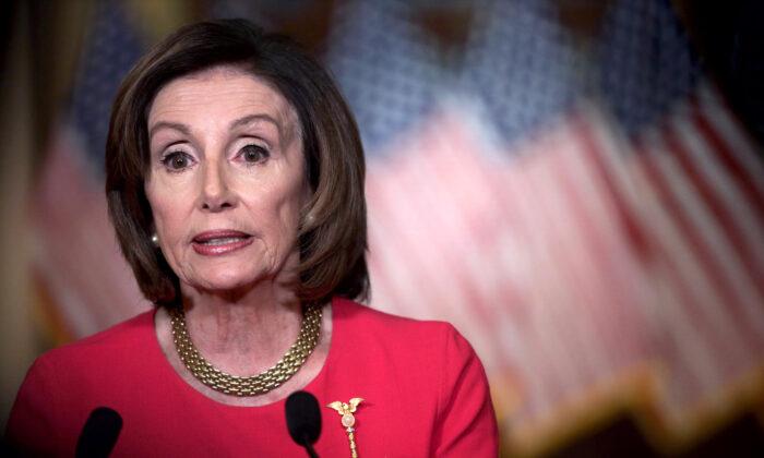 La presidente de la Cámara de Representantes, Nancy Pelosi (D-Calif.), hace una declaración en el Capitolio de Estados Unidos, el 23 de marzo de 2020. (Alex Wong/Getty Images)