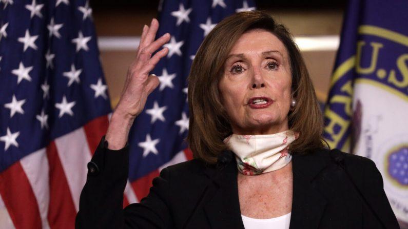 La presidenta de la Cámara de Representantes de Estados Unidos, Nancy Pelosi (D-CA), habla durante una conferencia de prensa semanal en Capitol Hill en Washington, el 28 de mayo de 2020. (Alex Wong/Getty Images)