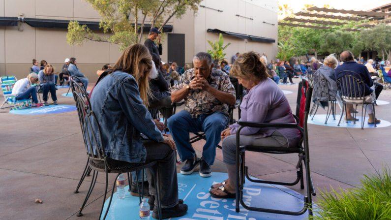 Una familia reza junta en el patio de la Capilla del Calvario de Chino Hills durante la pandemia COVID-19 en Chino Hills, California. (Cortesía de Calvary Chapel Chino Hills)