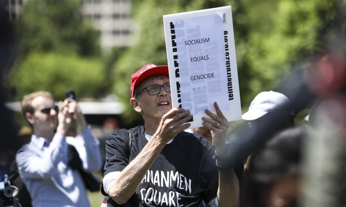 Un hombre asiste a una manifestación para conmemorar el 30° aniversario de la masacre de la Plaza Tiananmen, en West Lawn the Capitol, el 4 de junio de 2019. (Samira Bouaou/The Epoch Times)