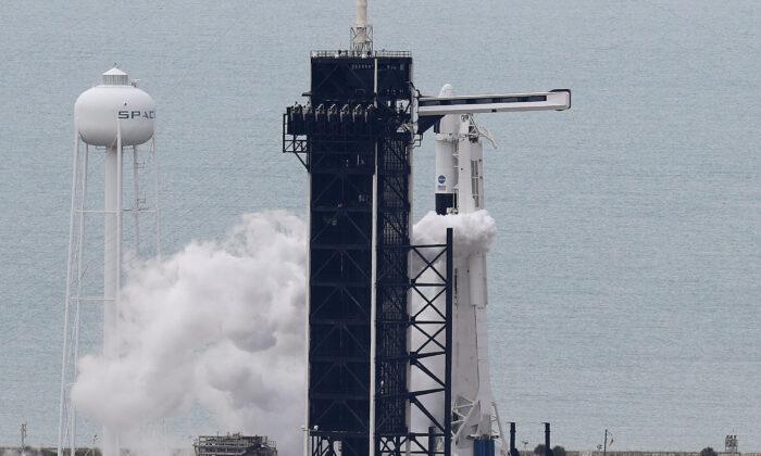 """La NASA canceló el lanzamiento del cohete SpaceX Falcon 9 con la nave espacial tripulada """"Crew Dragon"""" en el Centro Espacial Kennedy, en Cabo Cañaveral, Florida, el 27 de mayo de 2020. (Joe Raedle/Getty Images)"""