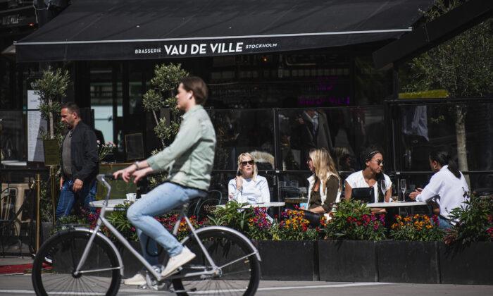 La gente se sienta en un restaurante en Estocolmo, Suecia, el 8 de mayo de 2020. (Jonathan Nackstrand/AFP/Getty Images)
