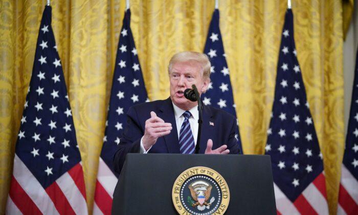 El Presidente Donald Trump habla sobre la protección a las personas Mayores de EE.UU. durante la pandemia de COVID-19, en la Sala Este de la Casa Blanca, Washington, el 30 de Abril del 2020. (MANDEL NGAN/AFP a través de Getty Images)