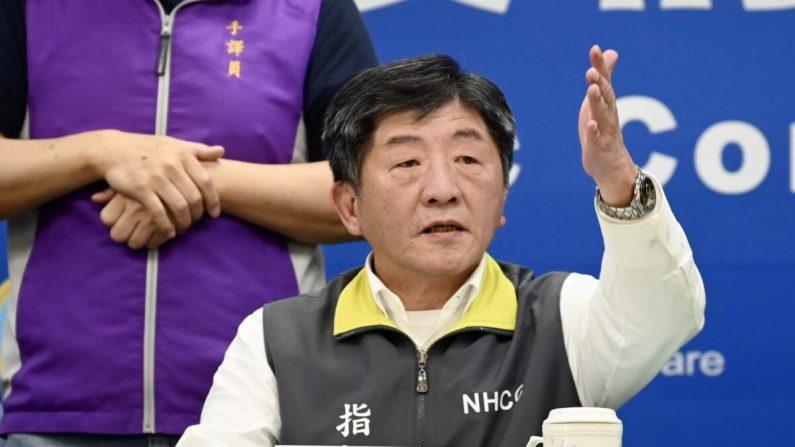 El ministro de Salud y Bienestar de Taiwán, Chen Shih-Chung, hace un gesto durante una conferencia de prensa en la sede de los Centros para el Control de Enfermedades (CDC) en Taipei, Taiwán, el 11 de marzo de 2020. (Sam Yeh/AFP/Getty Images)