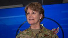 """Mujer aviadora se convierte en la única general de 4 estrellas de EE. UU.: """"La vida es para servir"""""""