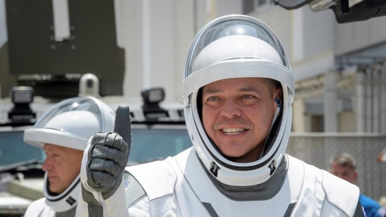 Una foto muestra a los astronautas de la NASA Robert Behnken (d) y Douglas Hurley (i), usando trajes espaciales SpaceX, son vistos mientras salen del Edificio de Operaciones y Registro del Complejo de Lanzamiento 39A de Neil A. Armstrong para abordar la nave espacial SpaceX Crew Dragon para el lanzamiento de la misión Demo-2 en el Centro Espacial Kennedy de la NASA en Cabo Cañaveral, Florida, EE.UU., el 30 de mayo de 2020. EFE/EPA/BILL INGALLS/NASA