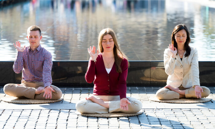 Amy Isabelle Duncan (Centro) practica la meditación de Falun Dafa en un parque en Sydney el 26 de junio de 2017. (Emma Morley)