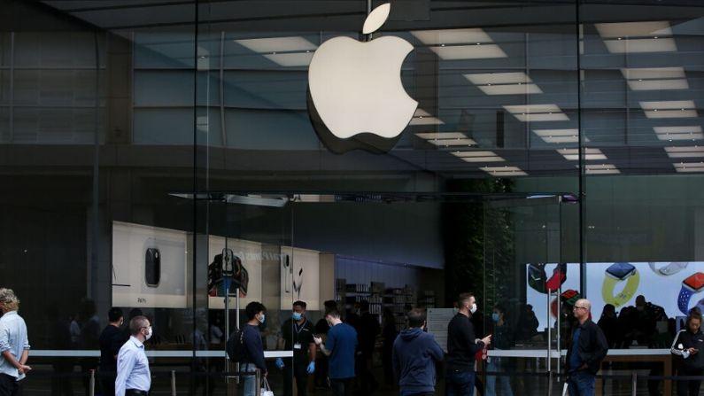 Personal de Apple asiste a los clientes en la calle antes de entrar en la tienda de Bondi Junction el 7 de mayo de 2020 en Sydney, Australia. (Lisa Maree Williams/Getty Images)