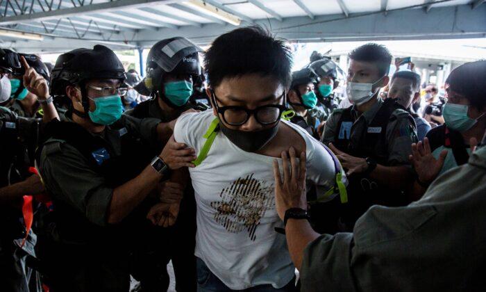 Los agentes de policía arrestan el 10 de mayo de 2020 en Hong Kong a un manifestante prodemocracia durante una protesta que pide la independencia de la ciudad. (Isaac Lawrence/AFP vía Getty Images)