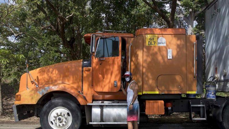 Un transportista de carga pesada, que se encuentra varado en Peñas Blancas en la frontera entre Nicaragua y Costa Rica, sube a su vehículo este miércoles, cerca a la ciudad de Rivas (Nicaragua). EFE/Jorge Torres