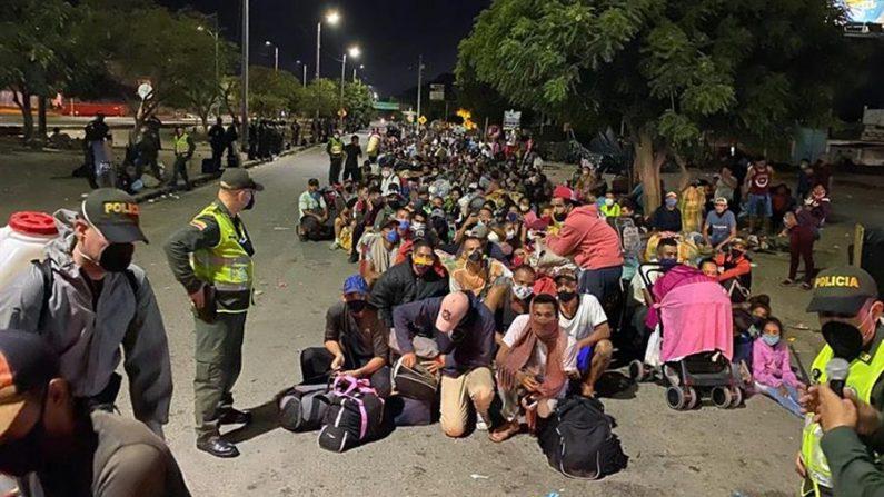 Fotografía cedida por la Secretaría de Frontera y Cooperación Internacional de ciudadanos venezolanos haciendo fila para cruzar a su país el 31 de mayo de 2020 en Cúcuta (Colombia). EFE/ Secretaría de Frontera y Cooperación Internacional