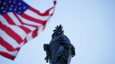 Izan banderas en el Capitolio de EE.UU. en honor al Día Mundial de Falun Dafa
