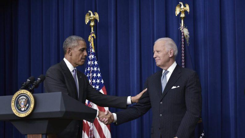 El presidente Barack Obama le da la mano al vicepresidente Joe Biden en Washington el 13 de diciembre de 2016. (Mandel Ngan/AFP vía Getty Images)