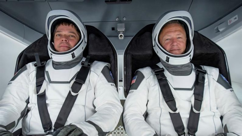 Fotografía cedida por SpaceX por vía de la NASA donde aparecen los astronautas Robert Behnken (i) y Douglas Hurley (d) durante su participación en la prueba integrada de hardware crítico de vuelo celebrada el 30 de marzo en una instalación de procesamiento de SpaceX en la Estación de la Fuerza Aérea de Cabo Cañaveral en Florida (EE.UU.). (EFE/SpaceX)
