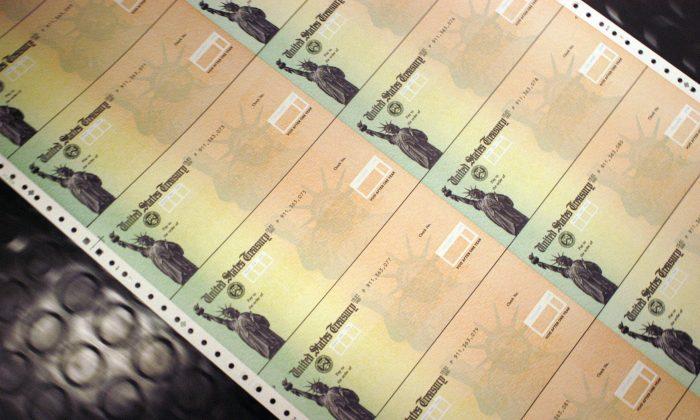 Cheques en blanco del Seguro Social se imprimen en las instalaciones de impresión del Departamento del Tesoro de Estados Unidos en Filadelfia, Pensilvania, el 11 de febrero de 2005. (William Thomas Cain / Getty Images)