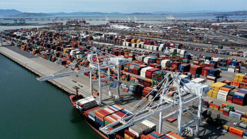 Un buque portacontenedores se encuentra en el puerto de Oakland el 29 de abril de 2020 en Oakland, California. (Justin Sullivan/Getty Images)