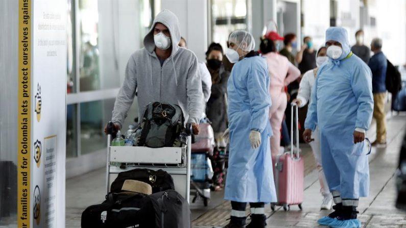 BOG200. BOGOTÁ (COLOMBIA), 22/05/2020.- Ciudadanos españoles regresan a su país este viernes desde el aeropuerto El Dorado en Bogotá (Colombia). Un grupo de 230 españoles que tuvieron que quedarse en Colombia por el cierre de cielos causado por la pandemia del coronavirus SARS-CoV-2 parte este viernes para Madrid en el tercer vuelo humanitario entre los dos países al que le seguirán otros dos antes de fin de mes. EFE/ Mauricio Dueñas Castañeda