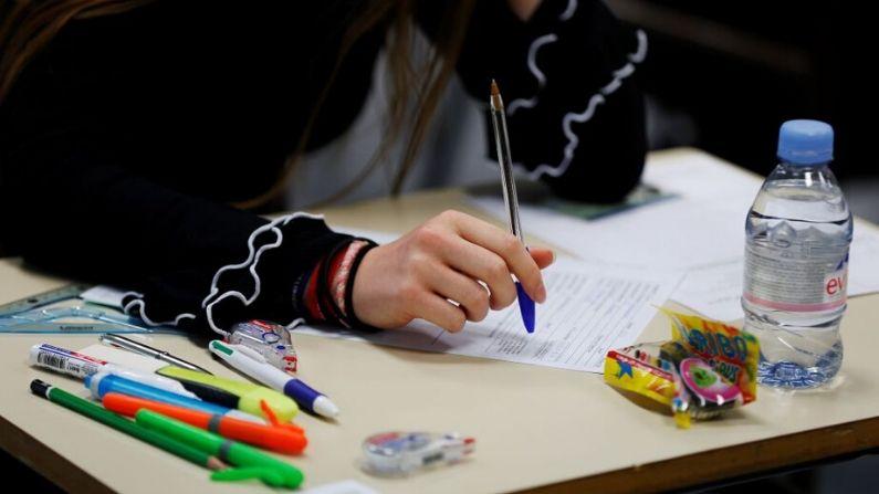 Una estudiante de preparatoria espera el comienzo de una prueba filosófica de 4 horas. (CHARLY TRIBALLEAU/AFP a través de Getty Images)