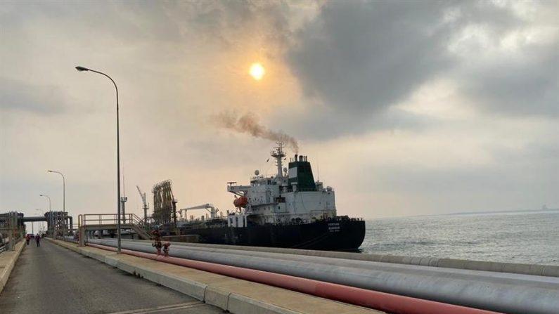 """Fotografía cedida por el Ministerio de Comunicación e Información (MinCI) de Venezuela muestra el buque iraní """"Fortune"""" el 25 de mayo de 2020, en las costa de Puerto Cabello (Venezuela). EFE/ MinCi"""