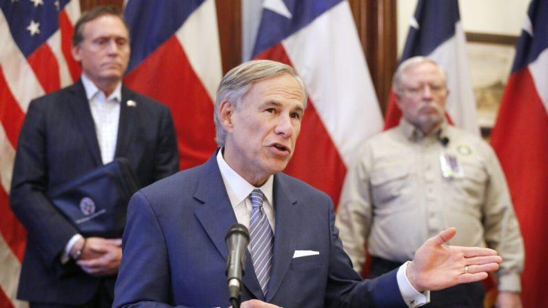 El gobernador de Texas, Greg Abbott, durante una conferencia de prensa en el capitolio estatal en Austin, Texas, el 29 de marzo de 2020. (Tom Fox-Pool/Getty Images)