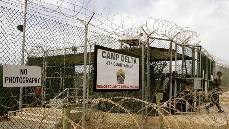 Un soldado camina a través de una puerta en el Campamento Delta de la Base Naval de Guantánamo el 23 de agosto de 2004 en Guantánamo, Cuba. (Mark Wilson/Getty Images)
