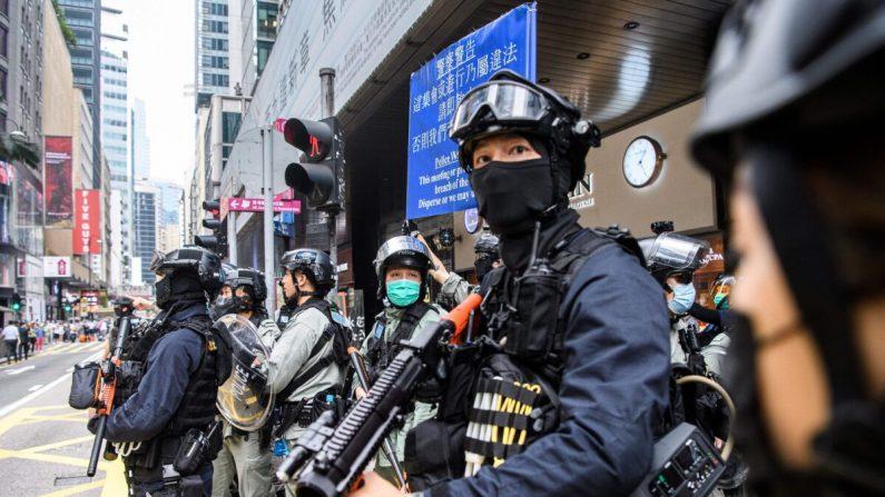 La policía antidisturbios participa en una operación de dispersión de multitudes en el distrito central de Hong Kong el 27 de mayo de 2020. (Anthony Wallace/AFP vía Getty Images)