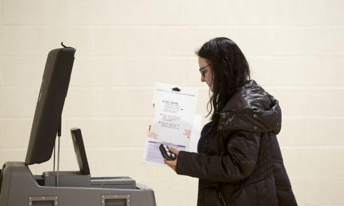 Una mujer sostiene una boleta durante las primarias presidenciales en Warren, Mich., el 10 de marzo de 2020. (Elaine Cromie/Getty Images)