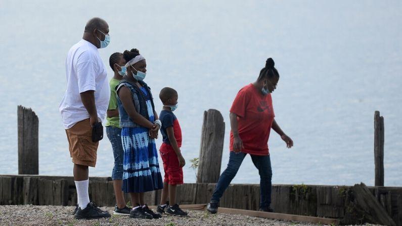 Una familia pasa el Día de la Recordación con sus mascarillas protectoras en una playa del Parque del Lago Creve Coeur el 25 de mayo de 2020 en Maryland Heights, Missouri. (Michael Thomas/Getty Images)