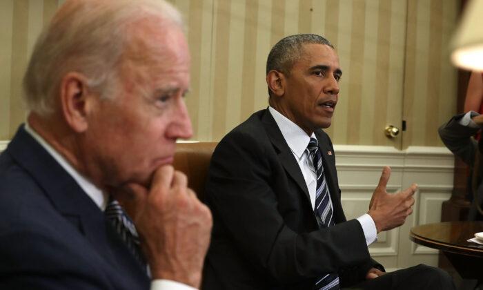 El presidente Barack Obama habla mientras el vicepresidente Joe Biden escucha durante una reunión en la Casa Blanca el 13 de junio de 2016. (Alex Wong/Getty Images)