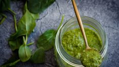 Tonificante primaveral: prepare un nutritivo pesto con las hierbas de su propio patio