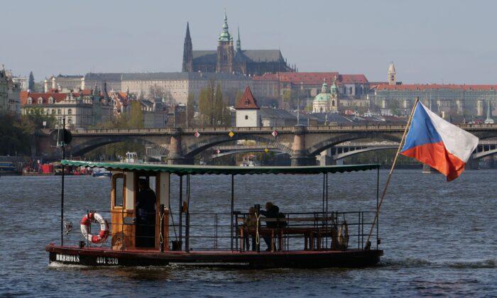 Un transbordador fluvial navega por el río Moldava conectando dos lados de la ciudad y una de las islas de Praga, República Checa, el 11 de abril de 2019. (Joe Klamar/AFP/Getty Images)
