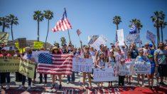 Huntington Beach: Protesta muestra a miles de personas agobiadas por las medidas de Newsom