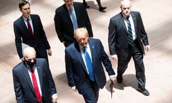 El presidente Donald Trump llega al almuerzo semanal de políticos del Senado en el Capitolio de Washington el 19 de mayo de 2020. (Saul Loeb/AFP vía Getty Images)