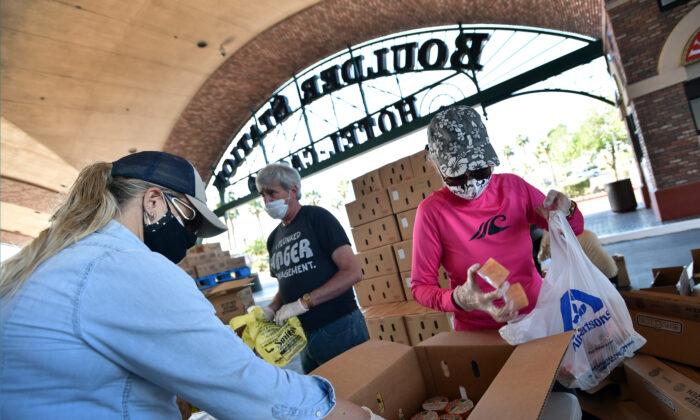 Voluntarios preparan alimentos de emergencia que se entregarán a causa de la pandemia producida por el virus del PCCh, en Las Vegas, Nevada, el 29 de abril de 2020 (David Becker/AFP/Getty Images)