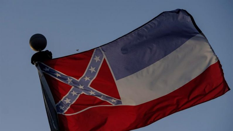 La bandera del estado de Misisipi ondea en Moss Point, Mississippi (EE.UU.), hoy 30 de junio de 2020. EFE/EPA/Dan Anderson