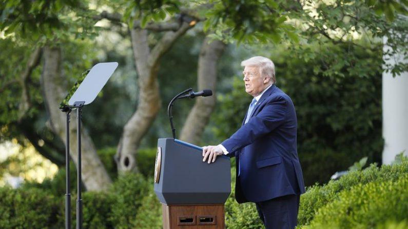 """El presidente de EE.UU., Donald Trump (en la imagen), creó esa lista en junio de 2018 para prohibir las transacciones de ciudadanos estadounidenses con empresas """"bajo el control o que actúan en nombre"""" de los servicios militares, de inteligencia y de seguridad de Cuba, de acuerdo al Departamento de Estado. EFE/Shawn Thew/Archivo"""