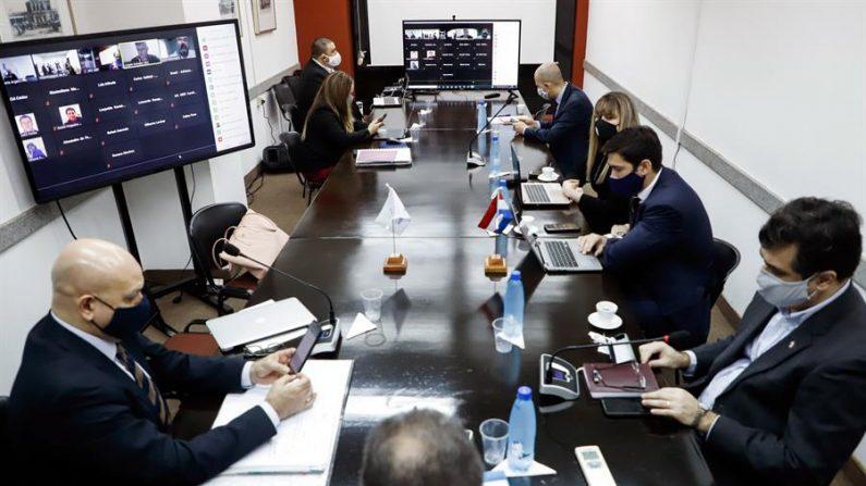 ASUNCIÓN (PARAGUAY), 29/06/2020.- Autoridades del Grupo Ad Hoc Azucarero se reúnen este lunes en el Palacio Benigno López del Ministerio de Relaciones Exteriores de Paraguay, en Asunción (Paraguay). EFE/ Nathalia Aguilar