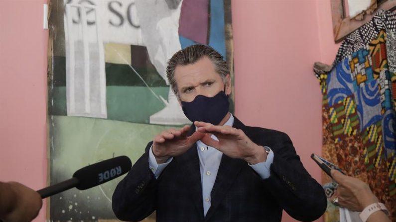 El gobernador de California, Gavin Newsom, ordenó este domingo el cierre de los bares de Los Ángeles y de otros seis condados del estado en su intento de atajar la expansión de los casos de coronavirus en la región. EFE/EPA/JEFF CHIU / Archivo