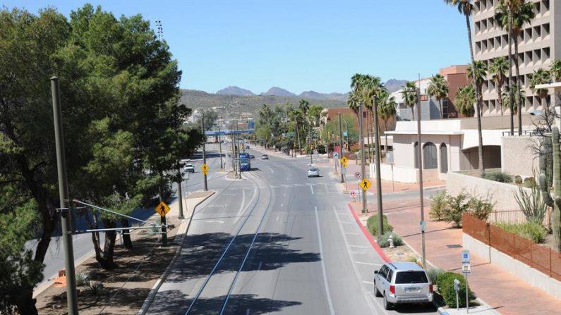 Vista de una calle vacía debido al COVID-19 en el centro de Tucson en Arizona (EE.UU.). EFE/ María León/Archivo