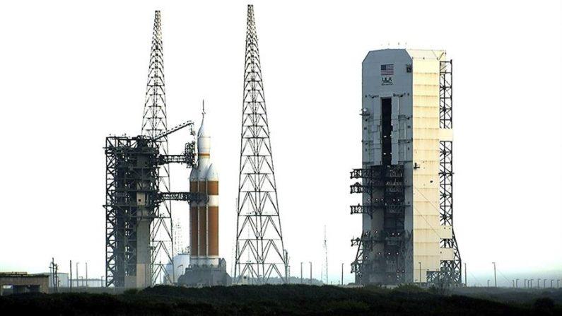 Fotografía facilitada por la agencia espacial estadounidense NASA que muestra la cápsula Orión y el cohete propulsor Delta IV, listos para su lanzamiento en Cabo Cañaveral Florida (EE.UU.). EFE/NASA