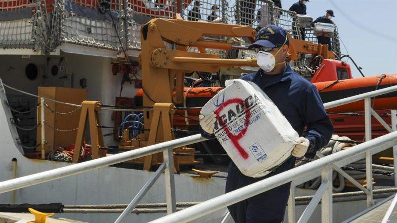 Fotografía cedida por la Guardia Costera de EE.UU., el 16 de abril de 2014 de un miembro de la tripulación del guarda costas Cutter Legare cargando cocaína decomisada en la base de la guardia costera en Miami, Florida. EFE/GUARDIA COSTERA DE EEUU/ARK BARNEY