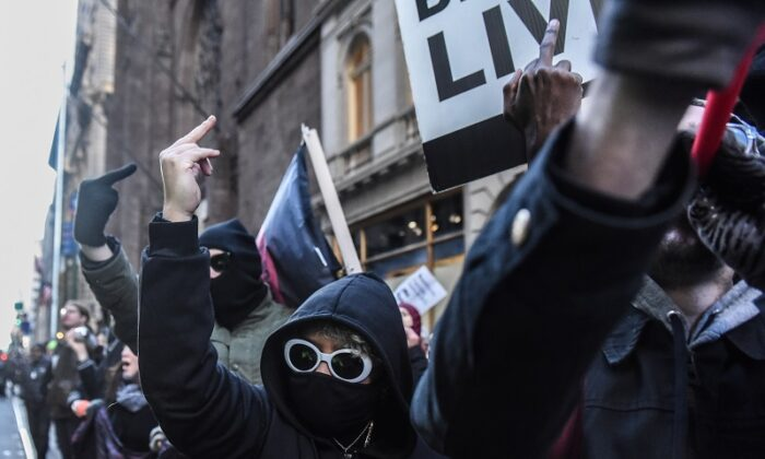 """""""Antifascistas"""" que llevan ropa estilo bloque negro protestan en la ciudad de Nueva York el 16 de noviembre de 2019. (Stephanie Keith/Getty Images)"""