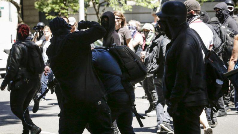 Los miembros no identificados de Rose City Antifa golpearon a Andy Ngo, un periodista establecido en Portland, Oregon, el 29 de junio de 2019. (Moriah Ratner/Getty Images)